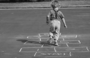 Un enfant joue à la marelle Maison Marelle