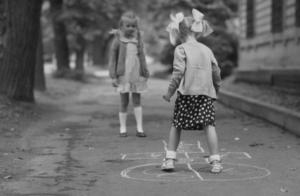 Deux filles jouent à la marelle Maison Marelle