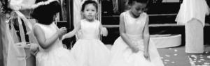 Trois enfants dans des robes de mariées, photo en noir et blanc Maison Marelle